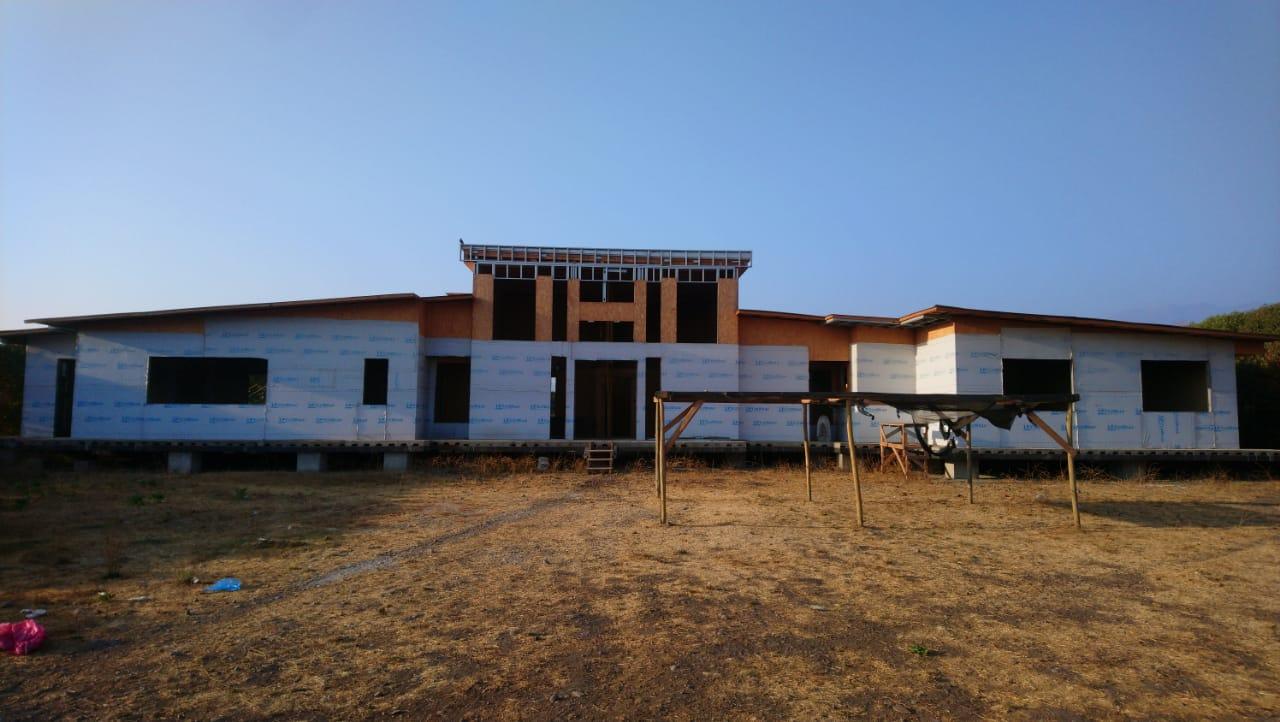 Gran casa con parcela en obra gruesa y piscina